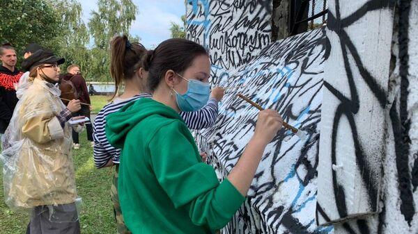 Помощь жителей Екатеринбурга стрит-арт художнику Покрасу Лампасу по восстановлению работы, испорченной вандалами