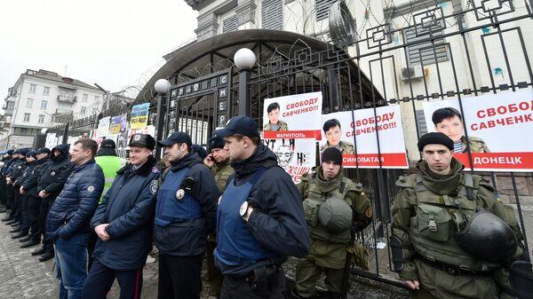 Полиция Украины охраняет здание посольства России в Киеве во время митинга в поддержку Надежды Савченко в марте 2016 года