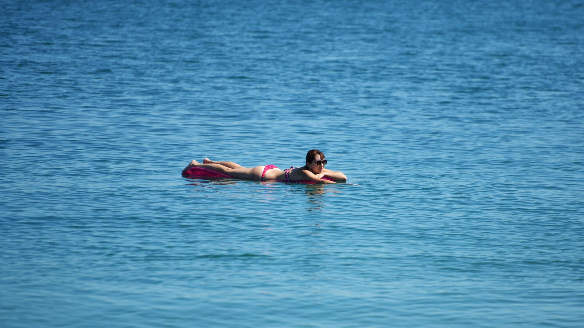 Девушка в море на надувном матрасе - РИА Новости, 1920, 05.11.2020