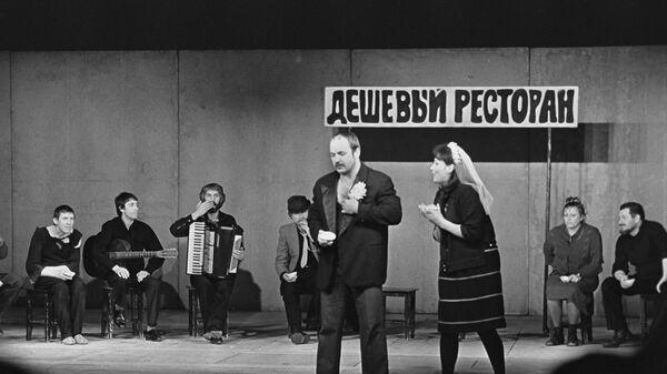 Сцена из спектакля Добрый человек из Сезуана