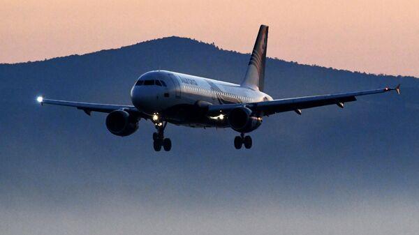 Самолет авиакомпании Аврора Airbus A319 во время посадки в международном аэропорту Владивосток