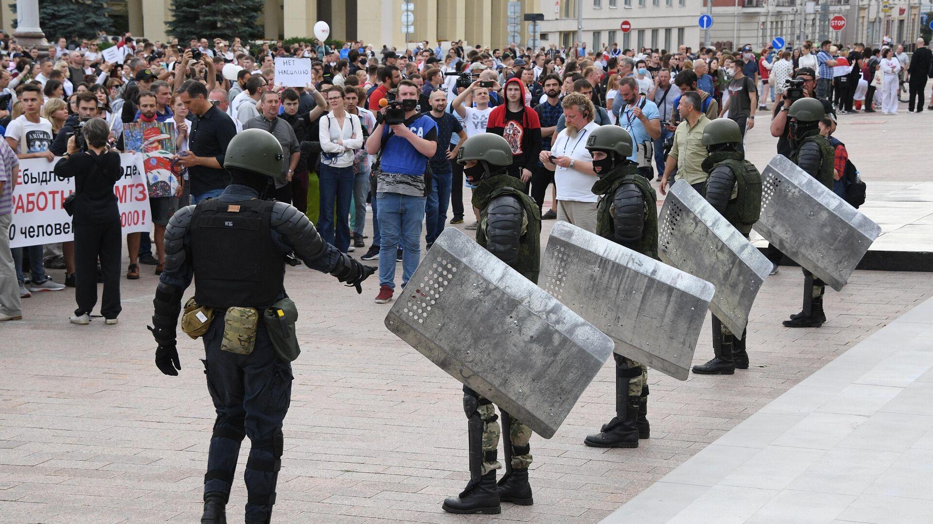 Участники акции протеста и военнослужащие в Минске - РИА Новости, 1920, 05.12.2020