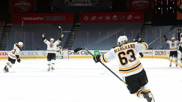 Хоккеисты Бостон Брюинз празднуют победу в матче Кубка Стэнли НХЛ
