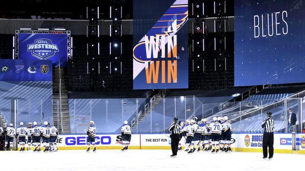 Хоккеисты Сент-Луис Блюз празднуют победу в матче плей-офф НХЛ