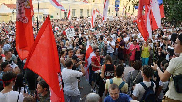 Участники несанкционированной акции перед следственным изолятором No1 на улице Володарского в Минске