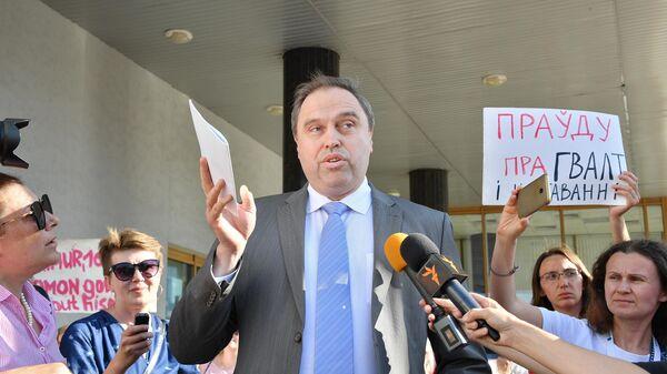 Министра здравоохранения Белоруссии Владимир Караник возле здания министерства здравоохранения в Минске