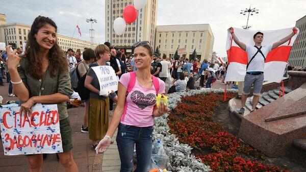 Волонтеры раздают еду во время акции протеста на площади Независимости в Минске
