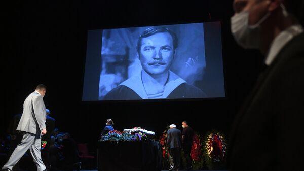 Церемония прощания с актёром, режиссёром и депутатом Мосгордумы Николаем Губенко проходит в театре Содружество актёров Таганки