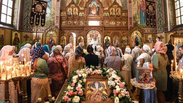 Верующие на праздничном богослужении в честь Преображения Господня в храме Трёх Святителей в Симферополе