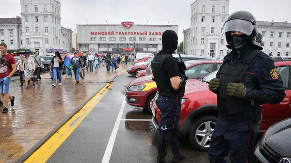 Сотрудники правоохранительных органов у центральной проходной Минского тракторного завода, где проходит акция протеста