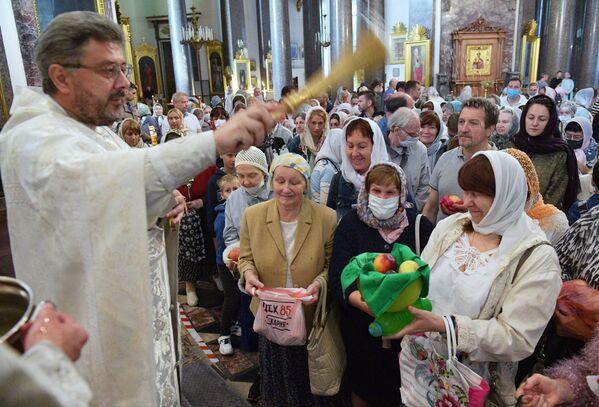 Верующие на праздничном богослужении в честь Преображения Господня в Казанском соборе в Санкт-Петербурге