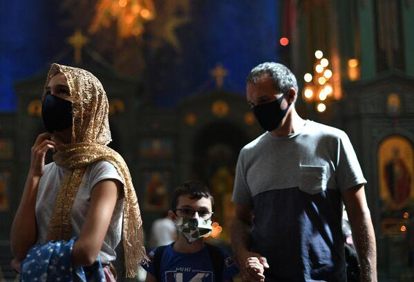 Верующие в Главном храме Вооруженных сил РФ в Московской области во время праздника Преображения Господня