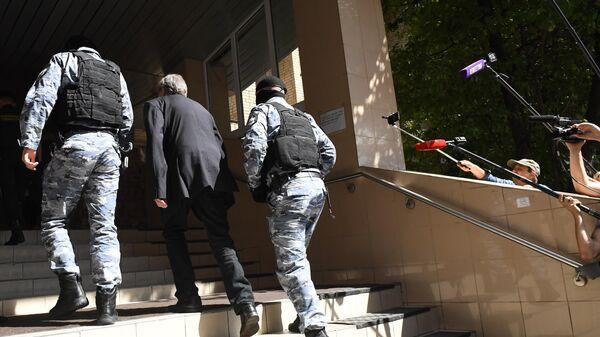 Актер Михаил Ефремов заходит в здание Пресненского суда города Москвы перед началом заседания по делу о ДТП со смертельным исходом