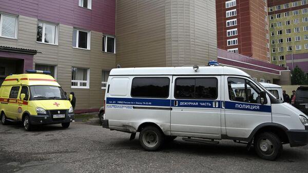 Машина Скорой помощи на территории омской БСМП № 1, где находится Алексей Навальный