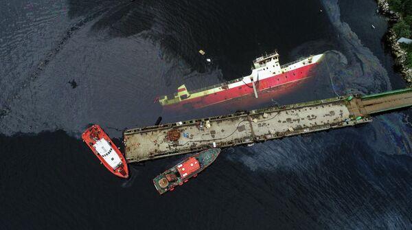 Ликвидация последствий разлива нефтепродуктов  судна Сайда в Мурманске