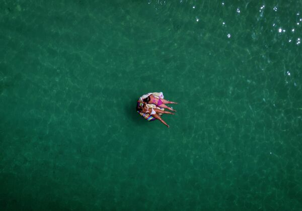 Отдыхающие в море у берегов острова Гран-Канария