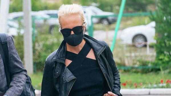 Супруга Алексея Навального Юлия на территории омской БСМП No 1, где в токсикореанимации находится Алексей Навальный