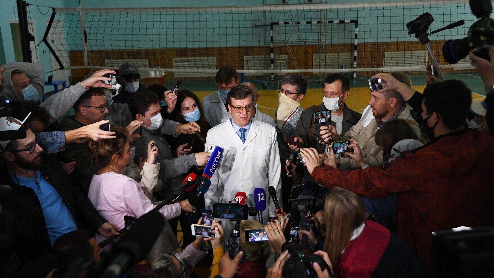 Главный врач омской БСМП №1 Александр Мураховский выступает на брифинге, посвященном состоянию здоровья Алексея Навального - РИА Новости, 1920, 10.05.2021