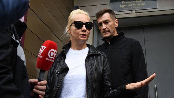Олег Навальный и Юлия Навальная у здания омской БСМП №1
