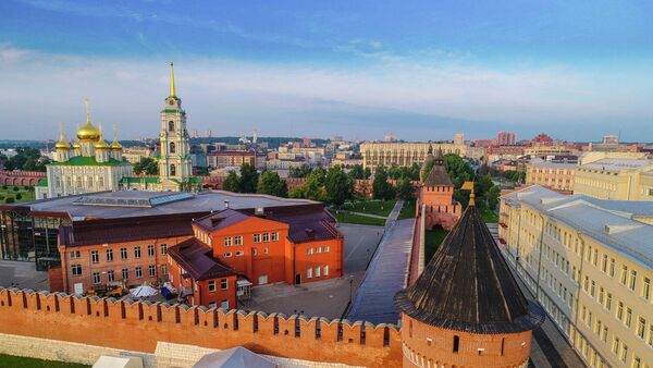 Тульский кремль. Справа внизу: Наугольная башня, в центре: Музейно-выставочный комплекс, на дальнем плане: Успенский собор