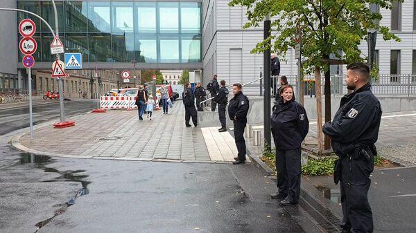 Полиция перегородила проезд в приемный покой больницы в Берлине, куда доставили Навального