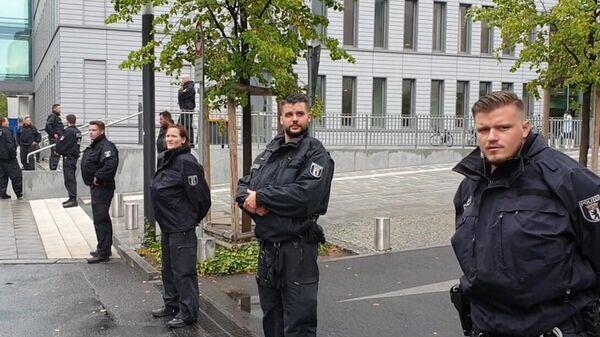 Сотрудники полиции у клиники Шарите в Берлине, куда доставлен Алексей Навальный