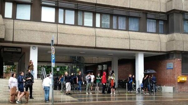 Журналисты у клиники Шарите в Берлине, куда доставили Алексея Навального