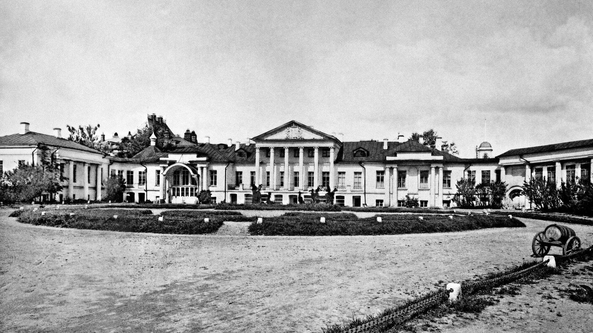 Гуляет вечный Соллогуб… - РИА Новости, 1920, 23.08.2020