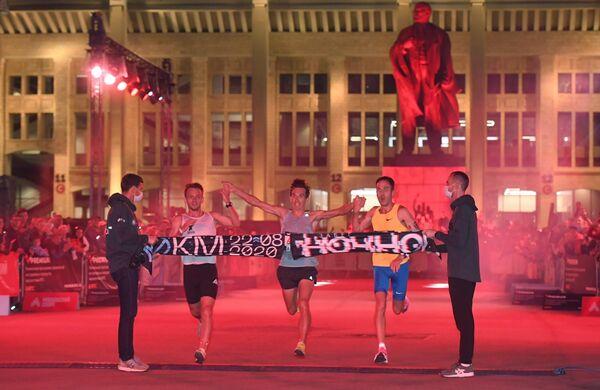 Участники ночного забега на финише