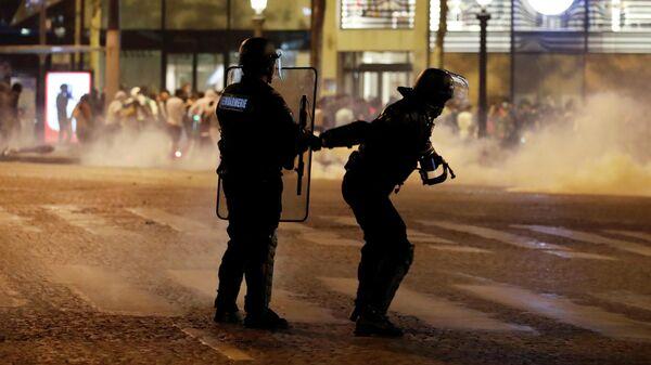 Полиция Парижа на Елисейских полях после финала Лиги чемпионов