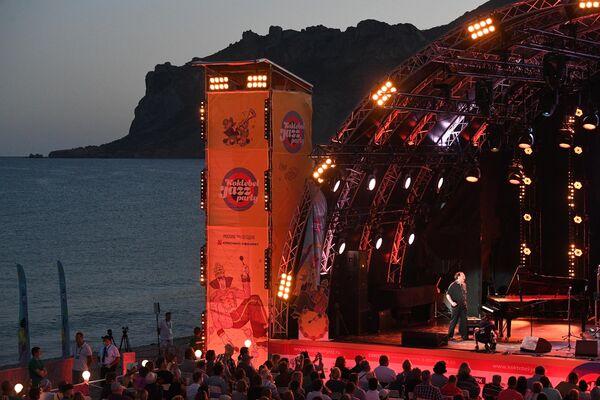 Джазовый пианист Даниил Крамер выступает на Международном музыкальном фестивале Koktebel Jazz Party – 2020 в Крыму