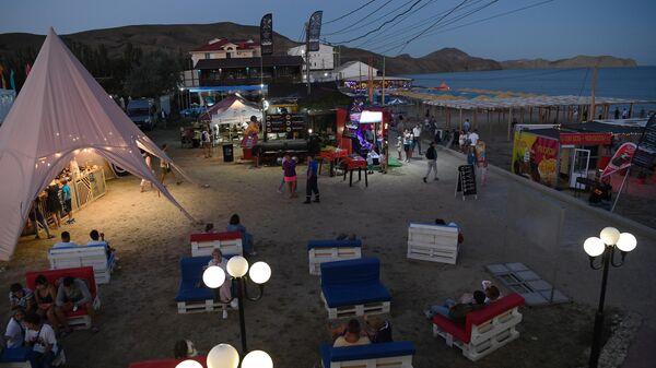 Посетители Международного музыкального фестиваля Koktebel Jazz Party – 2020 на набережной в Коктебеле в Крыму