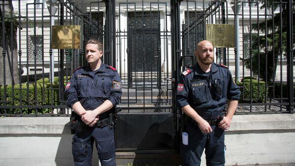Полицейские у здания посольства России в Вене