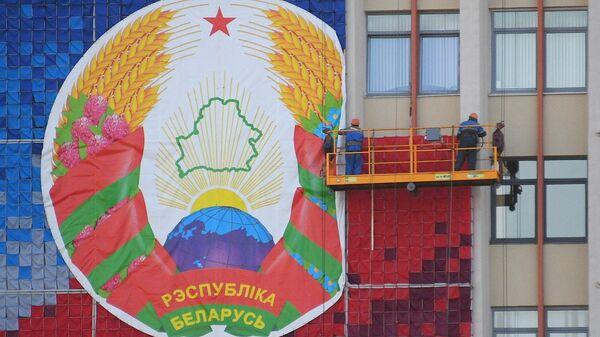 Герб Белоруссии на здании БГПУ им. М. Танка в Минске