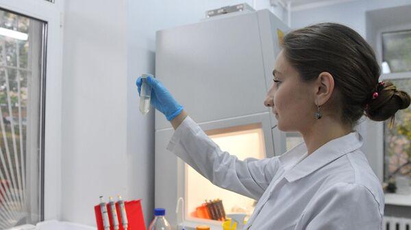 Сотрудница лаборатории проводит испытания вакцины от COVID-19 в центре эпидемиологии и микробиологии имени Н.Ф. Гамалеи