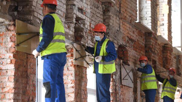 Рабочие во время реконструкции корпуса №28 больницы им. С. П. Боткина в Москве