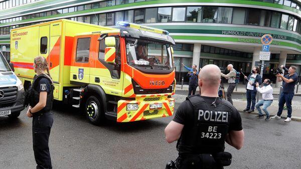 Машина скорой помощи в которой находится Алексей Навальный, Берлин, Германия