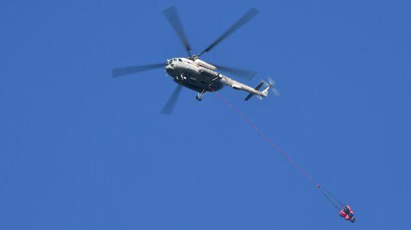 Вертолет Ми-8 МЧС России во время тушения лесных пожаров в заповеднике Утриш недалеко от Анапы
