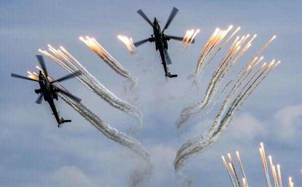 Ударные вертолеты Ми-28Н Ночной охотник выполняют демонстрационный полет в рамках Международного форума Армия-2020 на аэродроме Кубинка в Подмосковье