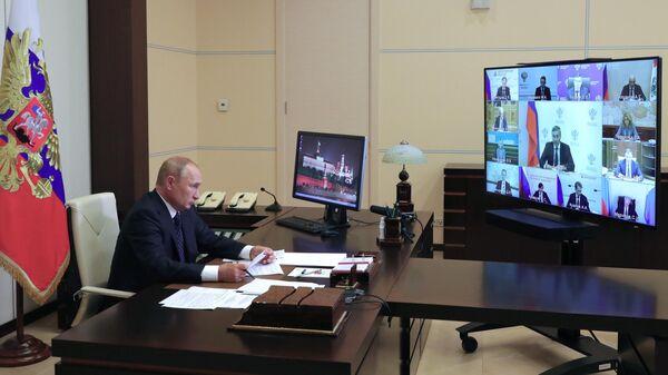Президент РФ Владимир Путин проводит в режиме видеоконференции совещание с членами правительства РФ