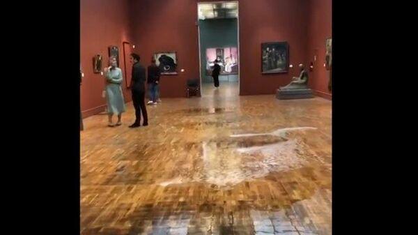 Кадры с потоками воды в Третьяковской галерее