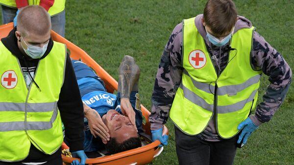 Медицинская бригада уносит с поля игрока Зенита Себастьяна Дриусси