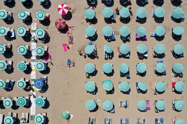 Зонтики на пляже Адриатического моря в Дурресе