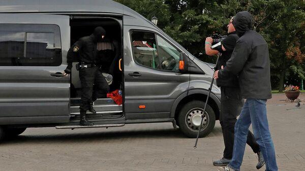 Сотрудники правоохранительных органов Белоруссии во время задержания журналистов в Минске. 27 августа 2020