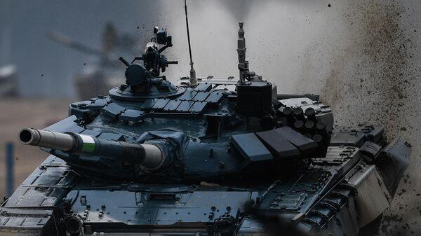 Танк Т-72 команды военнослужащих Узбекистана во время соревнований танковых экипажей в рамках конкурса Танковый биатлон-2020 на полигоне Алабино в Подмосковье в третий день VI Армейских международных игр АрМИ-2020