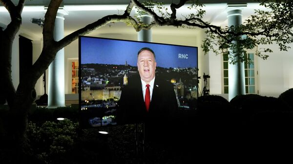 Госсекретарь США Майк Помпео на мониторе, установленном в Розовом саду Белого дома