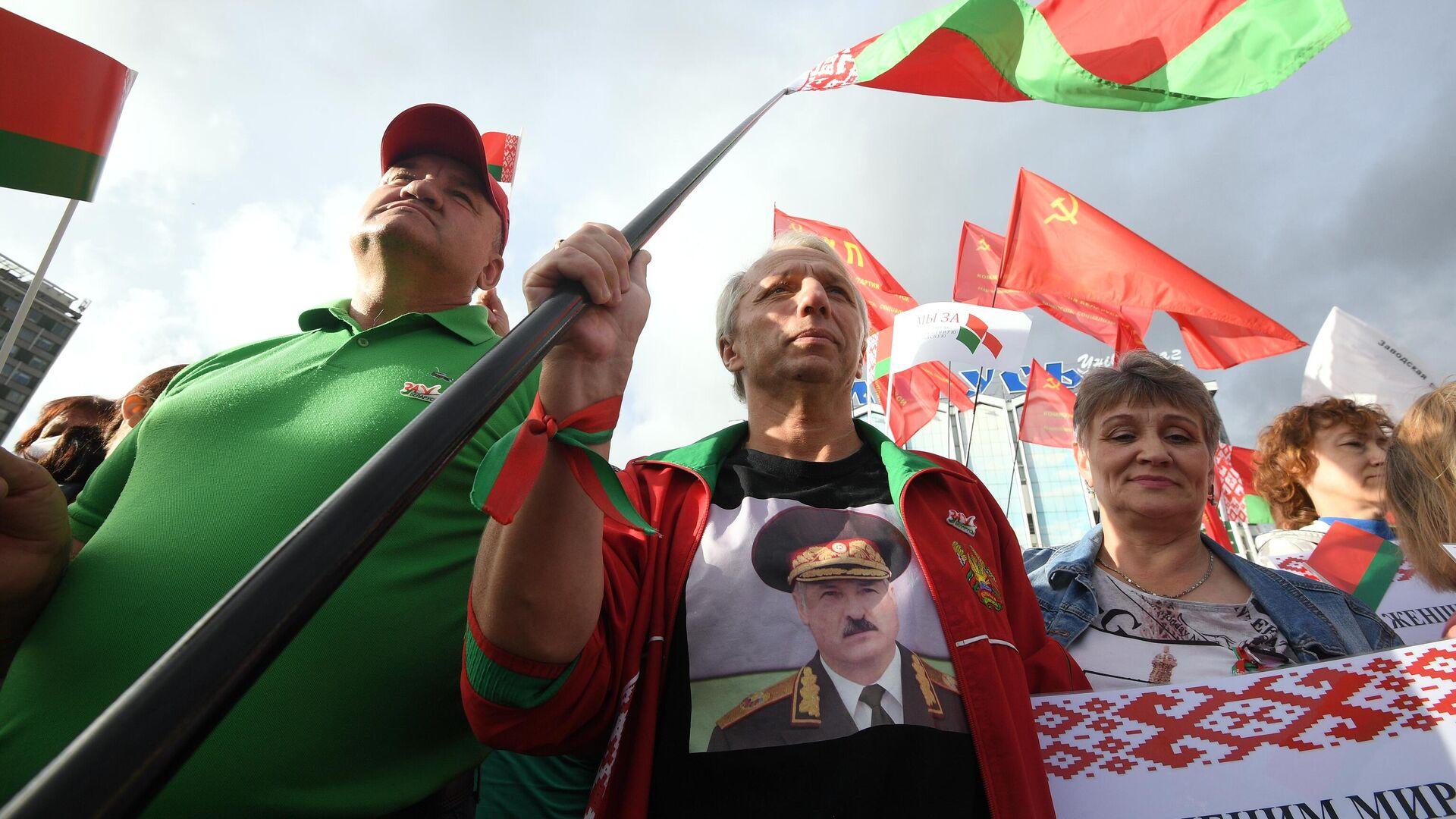 Участники акции в поддержку президента Белоруссии Александра Лукашенко в Минске - РИА Новости, 1920, 16.09.2020