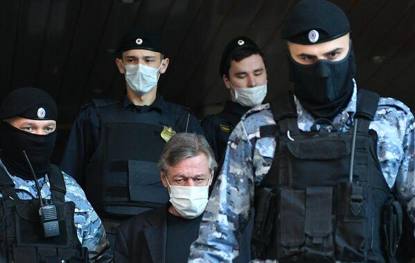 Актер Михаил Ефремов у здания Пресненского суда города Москвы