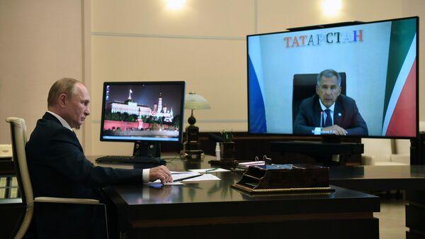 Президент РФ Владимир Путин во время встречи в режиме видеоконференции с президентом Республики Татарстан Рустамом Миннихановым