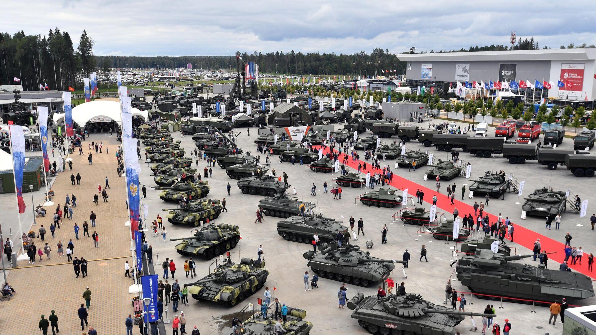 Посетители на выставке вооружений Международного военно-технического форума Армия-2020 в военно-патриотическом парке Патриот - РИА Новости, 1920, 10.09.2020